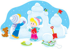 Kinder, die ein Schneefort errichten Stockfotos