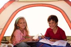 Kinder, die in ein Zelt zeichnen Stockfotografie