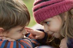 Kinder, die einander betrachten Lizenzfreie Stockfotografie
