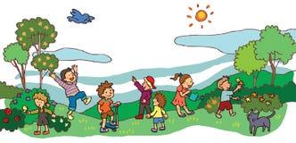 Kinder, die eine gute Landschaft der Zeit im Frühjahr haben (v Stockbilder