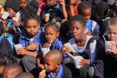 Kinder, die eine Mahlzeit genießen Lizenzfreie Stockbilder