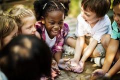 Kinder, die eine Spaßzeit zusammen haben lizenzfreie stockbilder