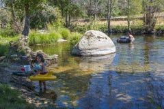 Kinder, die in einem Fluss an einem Sommertag spielen lizenzfreies stockbild