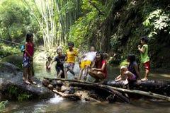Kinder, die in einem Fluss spielen stockfoto