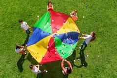 Kinder, die in einem Kreis stehen und Sozialspiel spielen Stockbilder