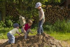 Kinder, die in einem sandheap spielen Lizenzfreie Stockbilder