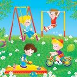 Kinder, die in einem Spielplatz spielen Lizenzfreies Stockbild