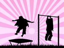 Kinder, die in einem Spielplatz spielen Stockbild