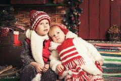 Kinder, die in einem Weihnachtsgarten spielen Stockfotos