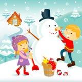 Kinder, die einen Schneemann aufbauen Stockbild