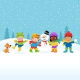 Kinder, die einen Schneemann aufbauen Lizenzfreies Stockbild