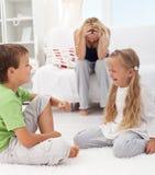 Kinder, die einen Streit und einen Kampf haben Stockbild