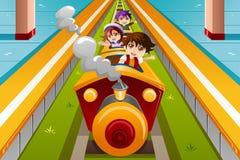 Kinder, die einen Zug reiten Stockfoto