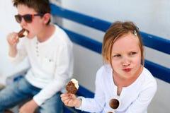 Kinder, die Eiscreme essen lizenzfreies stockbild