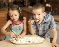 Kinder, die Eiscreme essen stockfotografie