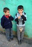 Kinder, die Erdnuss essen Stockfoto