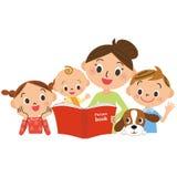 Kinder, die für die Mutter liest ein Bilderbuch zusammentreten Stockfotografie