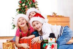 Kinder, die für Geschenke kämpfen Stockfoto