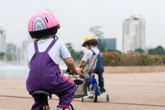 Kinder, die Fahrräder reiten Stockfotografie
