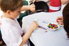 Kinder, die Fertigkeiten tun Stockbild
