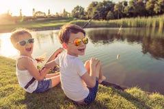 Kinder, die Fische fangen stockbild
