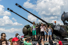 Kinder, die Fotos mit Flugabwehrfahrzeug machen Stockfotografie