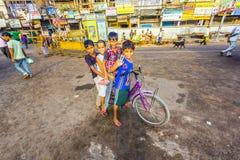 Kinder, die früh auf einem Fahrrad sitzen Stockfotografie