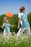 Kinder, die Frisbee spielen Stockbilder