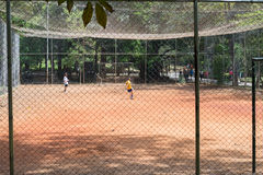 Kinder, die Fußball am Aclimacao-Park in Sao Paulo spielen Lizenzfreie Stockfotos