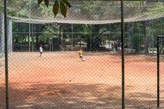 Kinder, die Fußball am Aclimacao-Park in Sao Paulo spielen Lizenzfreie Stockfotografie