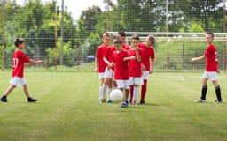 Kinder, die Fußball ausbilden stockbild