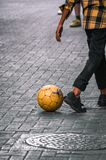 Kinder, die Fußball in den Straßen spielen Stockbild