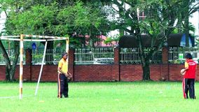 Kinder, die Fußball in einem Sportplatz spielen Bruder und Schwester, die Fußballabendzeit spielen stock footage