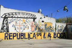 Kinder, die Fußball an La Boca-Bezirk, Buenos Aires spielen Lizenzfreie Stockfotos