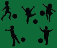 Kinder, die Fußball spielen Lizenzfreie Stockfotos