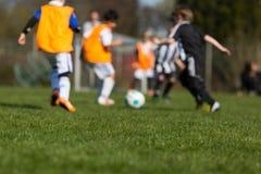 Kinder, die Fußball spielen Stockfotos