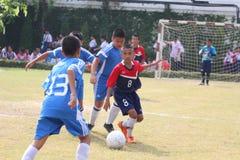 Kinder, die Fußball spielen Lizenzfreie Stockfotografie