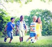 Kinder, die Fußball-Spaß-Zusammengehörigkeits-Konzept spielen Lizenzfreie Stockfotos