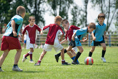 Kinder, die Fußball spielen Stockbild