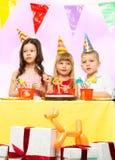 Kinder, die Geburtstag feiern Stockfotos