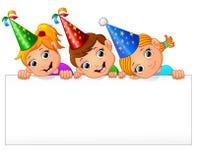 Kinder, die Geburtstagsfeier mit dem Halten des leeren Zeichens feiern Stockbild