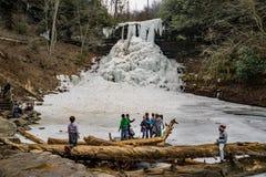 Kinder, die gefrorene Kaskaden genießen stockfotos