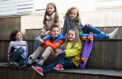 Kinder, die Geheimnisse teilen, wie sprechend Stockfotos