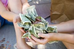 Kinder, die Geld anhalten Lizenzfreie Stockfotos