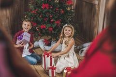 Kinder, die Geschenkboxen öffnen lizenzfreies stockbild