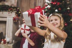 Kinder, die Geschenkboxen öffnen lizenzfreies stockfoto