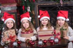 Kinder, die Geschenke öffnen lizenzfreies stockfoto