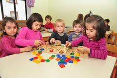 Kinder, die Geschenke machen lizenzfreies stockfoto