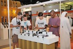 Kinder, die Gewehr an Abu Dhabi International Hunting und an Reiterausstellung 2013 kontrollieren Lizenzfreies Stockbild