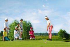 Kinder, die Golf spielen stockbilder